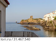 View of the town lighthouse, fortress, with church and the sea (Greece, island Andros, Cyclades) (2019 год). Стоковое фото, фотограф Татьяна Ляпи / Фотобанк Лори