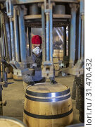 Louisville, Kentucky - Workers at Kelvin Cooperage make oak barrels for aging bourbon and wine. Metal rings are fitted around the barrel. (2019 год). Редакционное фото, фотограф Jim West / age Fotostock / Фотобанк Лори