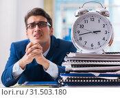 Купить «Businessman with giant clock failing to meet deadlines and missi», фото № 31503180, снято 18 сентября 2017 г. (c) Elnur / Фотобанк Лори