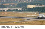 Купить «Lufthansa Airbus A330 braking», видеоролик № 31529408, снято 19 июля 2017 г. (c) Игорь Жоров / Фотобанк Лори