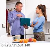 Купить «Man courier with card-board is delivering order for young woman», фото № 31531140, снято 6 апреля 2020 г. (c) Яков Филимонов / Фотобанк Лори