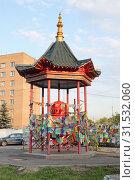 Пагода рая с молитвенным барабаном в Отрадном. Москва (2019 год). Редакционное фото, фотограф Сергей Соболев / Фотобанк Лори