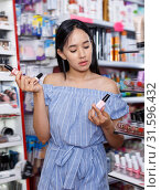Купить «Lucky girl looking new nail polishes», фото № 31596432, снято 21 июня 2018 г. (c) Яков Филимонов / Фотобанк Лори