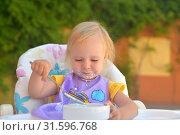 Купить «Маленькая девочка сама есть йогурт и испачкалась», фото № 31596768, снято 3 июля 2019 г. (c) Арестов Андрей Павлович / Фотобанк Лори