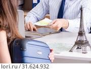 Male travel agent with customer in agency. Стоковое фото, фотограф Elnur / Фотобанк Лори