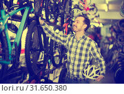 young male in bicycle shop chooses for himself sports bike. Стоковое фото, фотограф Яков Филимонов / Фотобанк Лори