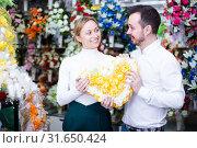Купить «Young couple deciding on flower decoration», фото № 31650424, снято 8 февраля 2017 г. (c) Яков Филимонов / Фотобанк Лори