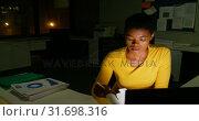 Купить «Female executive having noodles while working on computer 4k», видеоролик № 31698316, снято 5 сентября 2018 г. (c) Wavebreak Media / Фотобанк Лори
