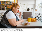 Купить «Fat woman eating doughnuts in fastfood restaurant», фото № 31699956, снято 24 мая 2019 г. (c) Tryapitsyn Sergiy / Фотобанк Лори