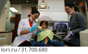 Купить «Female dentist explaining about teeth model 4k», видеоролик № 31700680, снято 5 августа 2018 г. (c) Wavebreak Media / Фотобанк Лори