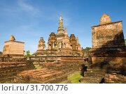 Солнечный день на руинах древнего буддистского храма  Ват Махатхат. Исторический парк города Сукхотай, Таиланд (2018 год). Стоковое фото, фотограф Виктор Карасев / Фотобанк Лори