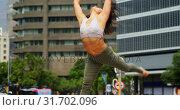 Купить «Young female dancer dancing on the street in the city 4k», видеоролик № 31702096, снято 26 сентября 2018 г. (c) Wavebreak Media / Фотобанк Лори