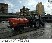 Купить «Трактор-поливалка с прицепом воды», эксклюзивное фото № 31702392, снято 21 июля 2019 г. (c) Ирина Терентьева / Фотобанк Лори
