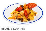 Купить «Spanish potato fried with mushrooms and sausage chorizo», фото № 31704788, снято 23 июля 2019 г. (c) Яков Филимонов / Фотобанк Лори