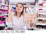 Купить «girl applying powder with brush for testing», фото № 31765480, снято 31 января 2018 г. (c) Яков Филимонов / Фотобанк Лори