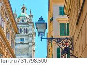 Street with old street light near Duomo di Genova (2019 год). Стоковое фото, фотограф Роман Сигаев / Фотобанк Лори
