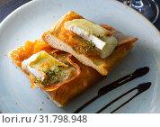Купить «Catalan focaccia with caramelized onion, Brie cheese, bacon», фото № 31798948, снято 9 июля 2020 г. (c) Яков Филимонов / Фотобанк Лори