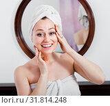 Woman came from the shower and standing next to the mirror. Стоковое фото, фотограф Яков Филимонов / Фотобанк Лори