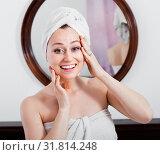 Купить «Woman came from the shower and standing next to the mirror», фото № 31814248, снято 16 сентября 2019 г. (c) Яков Филимонов / Фотобанк Лори