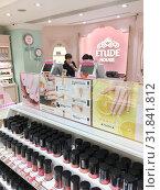 Купить «Etude House cosmetics store, Hong Kong», фото № 31841812, снято 19 сентября 2017 г. (c) Александр Подшивалов / Фотобанк Лори