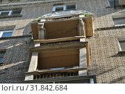 Купить «Восьмиэтажный двухподъездный кирпичный жилой дом. Построен в 1953 году. Хитровский переулок, 4. Басманный район. Город Москва», эксклюзивное фото № 31842684, снято 5 сентября 2014 г. (c) lana1501 / Фотобанк Лори