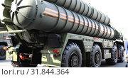 Купить «Men inspect the anti-aircraft installation», видеоролик № 31844364, снято 2 сентября 2018 г. (c) Aleksandr Sulimov / Фотобанк Лори