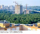 Купить «Москва, Ховрино, строительство жилого комплекса Discovery Park», фото № 31844516, снято 27 июля 2019 г. (c) glokaya_kuzdra / Фотобанк Лори