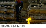 Купить «Worker heating metal mold with blow torch in foundry workshop 4k», видеоролик № 31847136, снято 27 сентября 2018 г. (c) Wavebreak Media / Фотобанк Лори