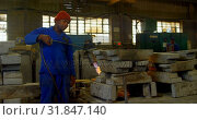 Купить «Worker heating metal mold with blow torch in foundry workshop 4k», видеоролик № 31847140, снято 27 сентября 2018 г. (c) Wavebreak Media / Фотобанк Лори