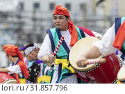 Eisa dancers perform during the Shinjuku Eisa Festival 2019 on July 27, 2019, Tokyo, Japan. This year 22 Eisa dance troupes performed on the streets near... Редакционное фото, фотограф Rodrigo Reyes Marín / age Fotostock / Фотобанк Лори