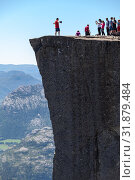 Люди фотографируются на краю скалы Preikestolen (Кафедра проповедника). Норвегия (2018 год). Стоковое фото, фотограф Кекяляйнен Андрей / Фотобанк Лори