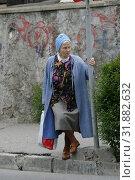 Купить «Женщина на тротуаре ожидает городской транспорт, Ялта, Крым», эксклюзивное фото № 31882632, снято 13 мая 2005 г. (c) Дмитрий Неумоин / Фотобанк Лори