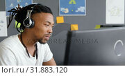 Купить «Attentive male executive working on computer in office 4k», видеоролик № 31883120, снято 16 июня 2018 г. (c) Wavebreak Media / Фотобанк Лори