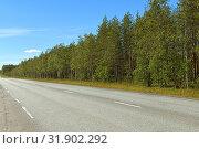 Купить «Northern highway in Finnish Lapland. Bright sunny day», фото № 31902292, снято 2 июля 2019 г. (c) Валерия Попова / Фотобанк Лори