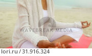 Купить «Side view of active senior African American woman doing yoga on exercise mat at the beach 4k», видеоролик № 31916324, снято 14 ноября 2018 г. (c) Wavebreak Media / Фотобанк Лори