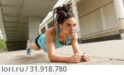 Купить «Front view of young African American woman exercising in the city 4k», видеоролик № 31918780, снято 5 декабря 2018 г. (c) Wavebreak Media / Фотобанк Лори