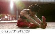 Купить «Front view of young African American woman exercising in the city 4k», видеоролик № 31919128, снято 5 декабря 2018 г. (c) Wavebreak Media / Фотобанк Лори