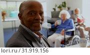 Side view of African American senior man smiling in nursing home 4k. Стоковое видео, агентство Wavebreak Media / Фотобанк Лори