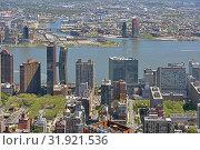 New York City East River. Urban view with skyscrapers (2019 год). Редакционное фото, фотограф Валерия Попова / Фотобанк Лори