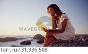 Купить «Woman using laptop on the beach 4k», видеоролик № 31936508, снято 24 января 2019 г. (c) Wavebreak Media / Фотобанк Лори
