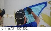 Купить «Graffiti artist painting with aerosol spray 4k», видеоролик № 31937532, снято 4 февраля 2019 г. (c) Wavebreak Media / Фотобанк Лори