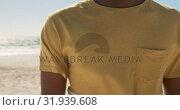 Купить «Man standing on the beach 4k», видеоролик № 31939608, снято 8 февраля 2019 г. (c) Wavebreak Media / Фотобанк Лори