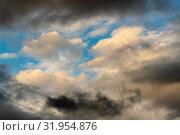 Золотистые облака и темные грозовые тучи плывут по небу на фоне голубого неба. Стоковое фото, фотограф А. А. Пирагис / Фотобанк Лори