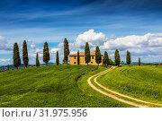 Сельский пейзаж с фермерским домом и кипарисами вокруг, Тоскана, Италия (2014 год). Стоковое фото, фотограф Наталья Волкова / Фотобанк Лори