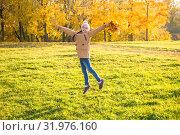 Купить «Счастливая маленькая девочка радуется солнечному осеннему дню», фото № 31976160, снято 14 октября 2018 г. (c) Лариса Капусткина / Фотобанк Лори