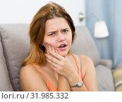 Купить «female holding hand on the illness tooth», фото № 31985332, снято 6 апреля 2020 г. (c) Яков Филимонов / Фотобанк Лори