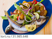 Whiting stewed in white wine with baked potatoes, fresh pea pods. Стоковое фото, фотограф Яков Филимонов / Фотобанк Лори