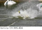 Купить «Падение вейкбордиста. Вода вспенена, брызги летят во все стороны», фото № 31995404, снято 28 июля 2019 г. (c) Наталья Николаева / Фотобанк Лори