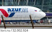 Купить «Boeing 767 taxiing at Phuket airport», видеоролик № 32002924, снято 2 декабря 2018 г. (c) Игорь Жоров / Фотобанк Лори