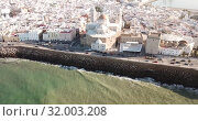 Aerial view of cityscape and harbour of Spanish city of Cadiz on peninsula in Atlantic Ocean (2019 год). Стоковое видео, видеограф Яков Филимонов / Фотобанк Лори